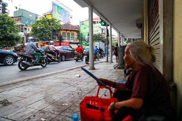5 thập kỷ gắn bó với vỉa hè Hà Nội của bà cụ 80 tuổi: Chẳng sợ bom rơi thì giờ ngại gì nắng mưa - Ảnh 14.