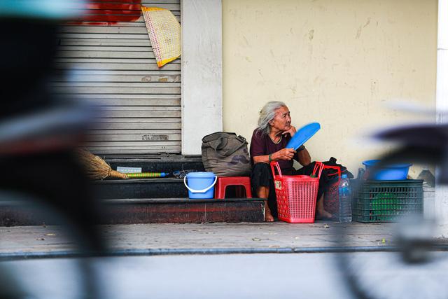 5 thập kỷ gắn bó với vỉa hè Hà Nội của bà cụ 80 tuổi: Chẳng sợ bom rơi thì giờ ngại gì nắng mưa - Ảnh 15.