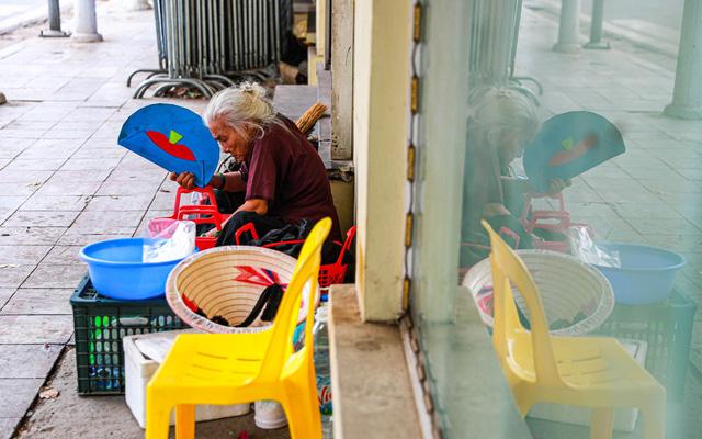 5 thập kỷ gắn bó với vỉa hè Hà Nội của bà cụ 80 tuổi: Chẳng sợ bom rơi thì giờ ngại gì nắng mưa - Ảnh 3.