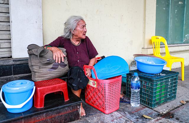 5 thập kỷ gắn bó với vỉa hè Hà Nội của bà cụ 80 tuổi: Chẳng sợ bom rơi thì giờ ngại gì nắng mưa - Ảnh 6.