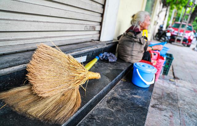 5 thập kỷ gắn bó với vỉa hè Hà Nội của bà cụ 80 tuổi: Chẳng sợ bom rơi thì giờ ngại gì nắng mưa - Ảnh 8.