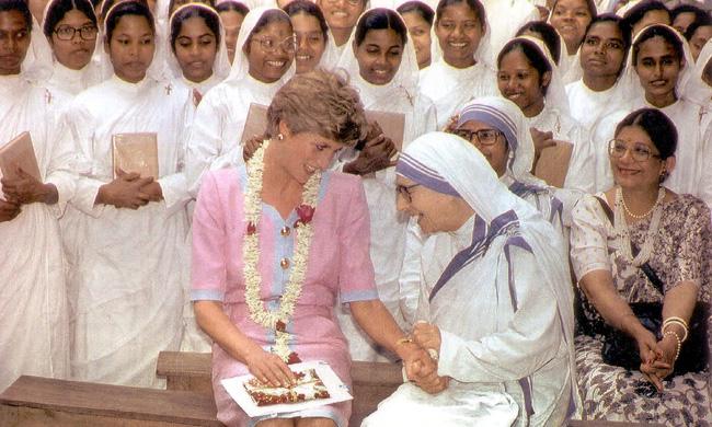 Điều ít biết về hai món đồ Công nương Diana nắm chặt trong tay sau khi trút hơi thở cuối cùng khiến nhiều người xúc động - Ảnh 6.