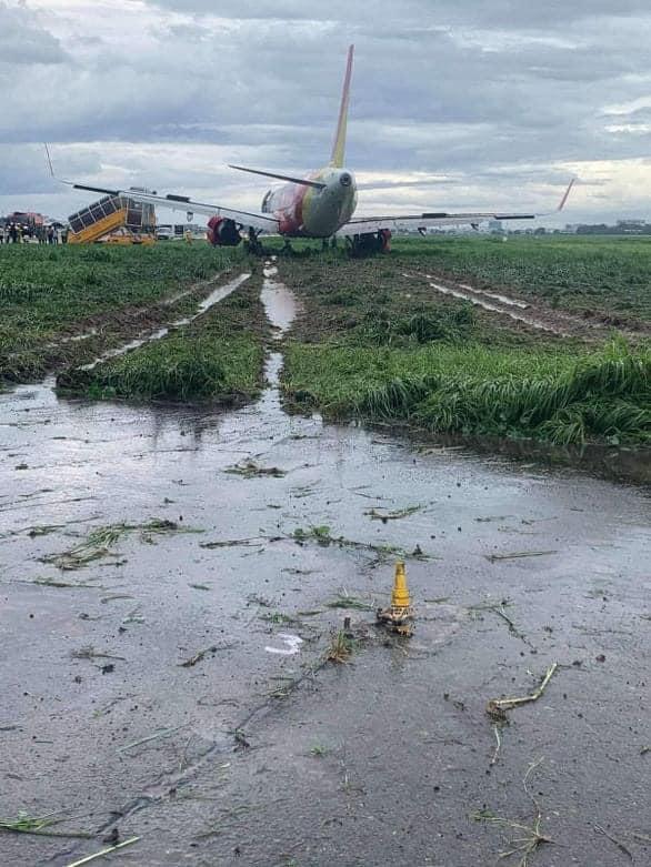Máy bay Vietjet hạ cánh lệch đường băng, sa lầy vào bãi cỏ, sân bay Tân Sơn Nhất tạm dừng hoạt động - Ảnh 2.