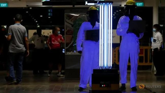 """Robot lao công - Xu hướng """"bình thường mới"""" trong du lịch hậu COVID-19 tại Singapore - Ảnh 1."""