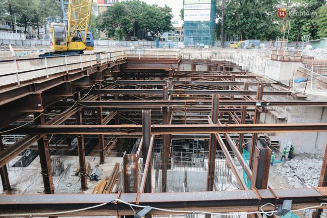 Flycam cận cảnh nhà ga ngầm trung tâm Bến Thành, công trình phức tạp nhất vì kết nối 4 tuyến Metro ở Sài Gòn - Ảnh 3.