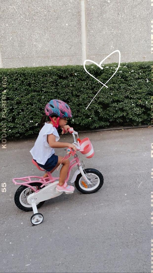 """Công chúa nhỏ nhà Hà Tăng mới 3 tuổi đã biết viết chữ và làm thiệp tặng bố khiến mẹ phải thốt lên: """"Hãnh diện quá"""" - Ảnh 2."""