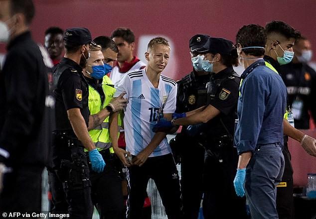CĐV vượt rào trận Mallorca - Barca tự hào vì được tận mắt thấy Messi - Ảnh 1.