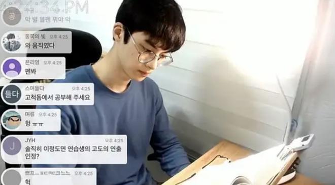 Thanh niên livestream cảnh ngồi học bài suốt 7 tiếng vẫn có lượt xem khủng vì quá đẹp trai, giờ ra sao? - Ảnh 2.