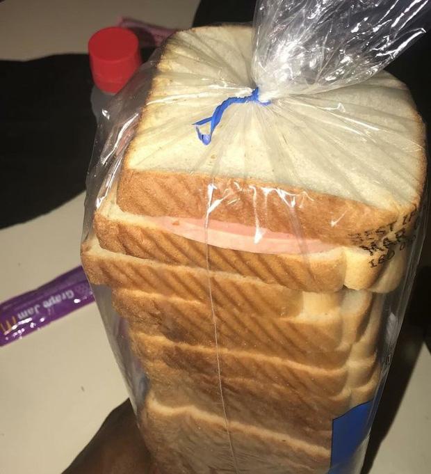 Vợ tôi làm bánh kẹp sandwich và quên mất đã bỏ nó ở đâu!