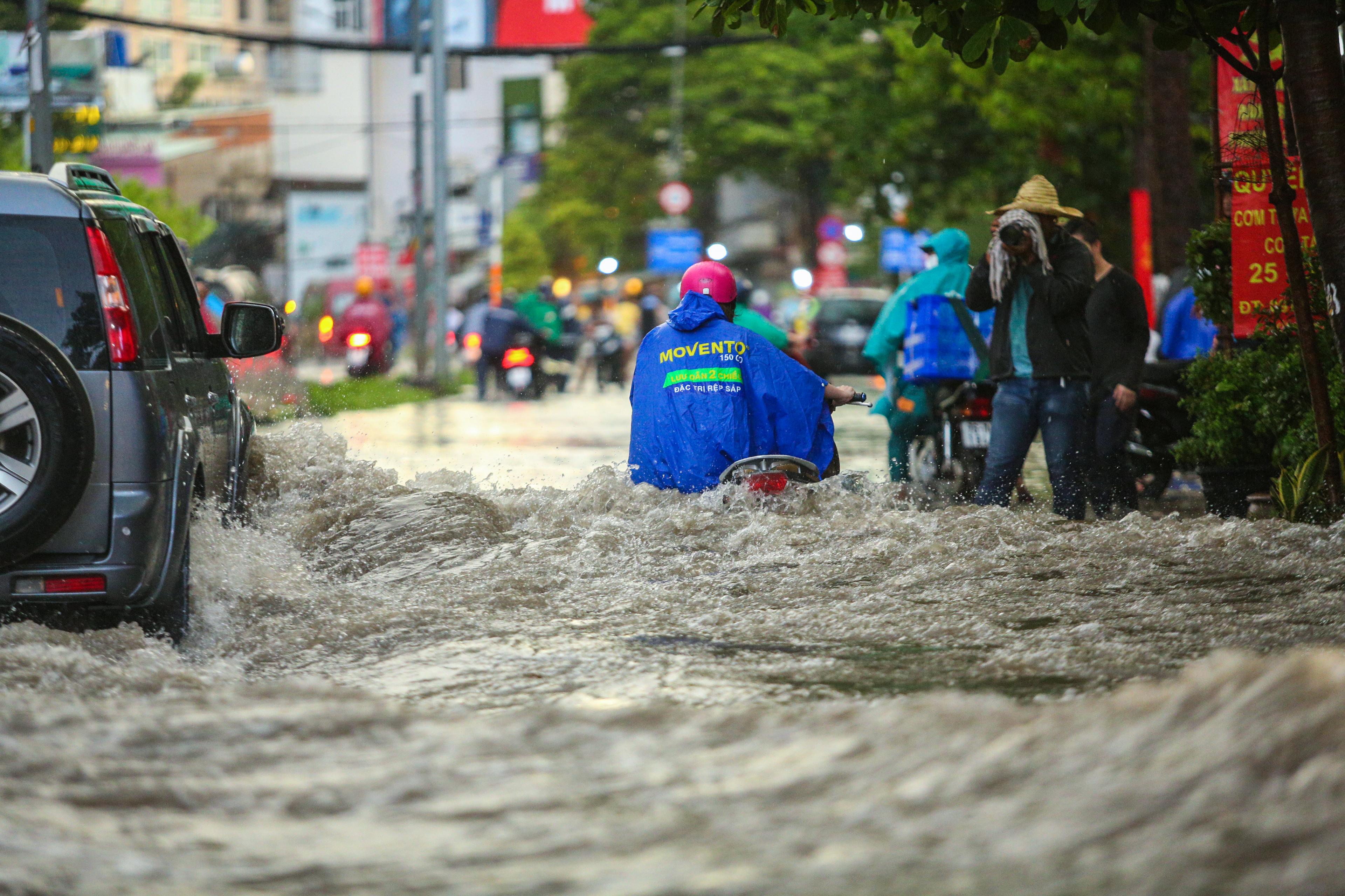 Người Sài Gòn chôn chân trong mưa lớn, ô tô, xe máy không nhúc nhích, giao thông hỗn loạn - Ảnh 2.
