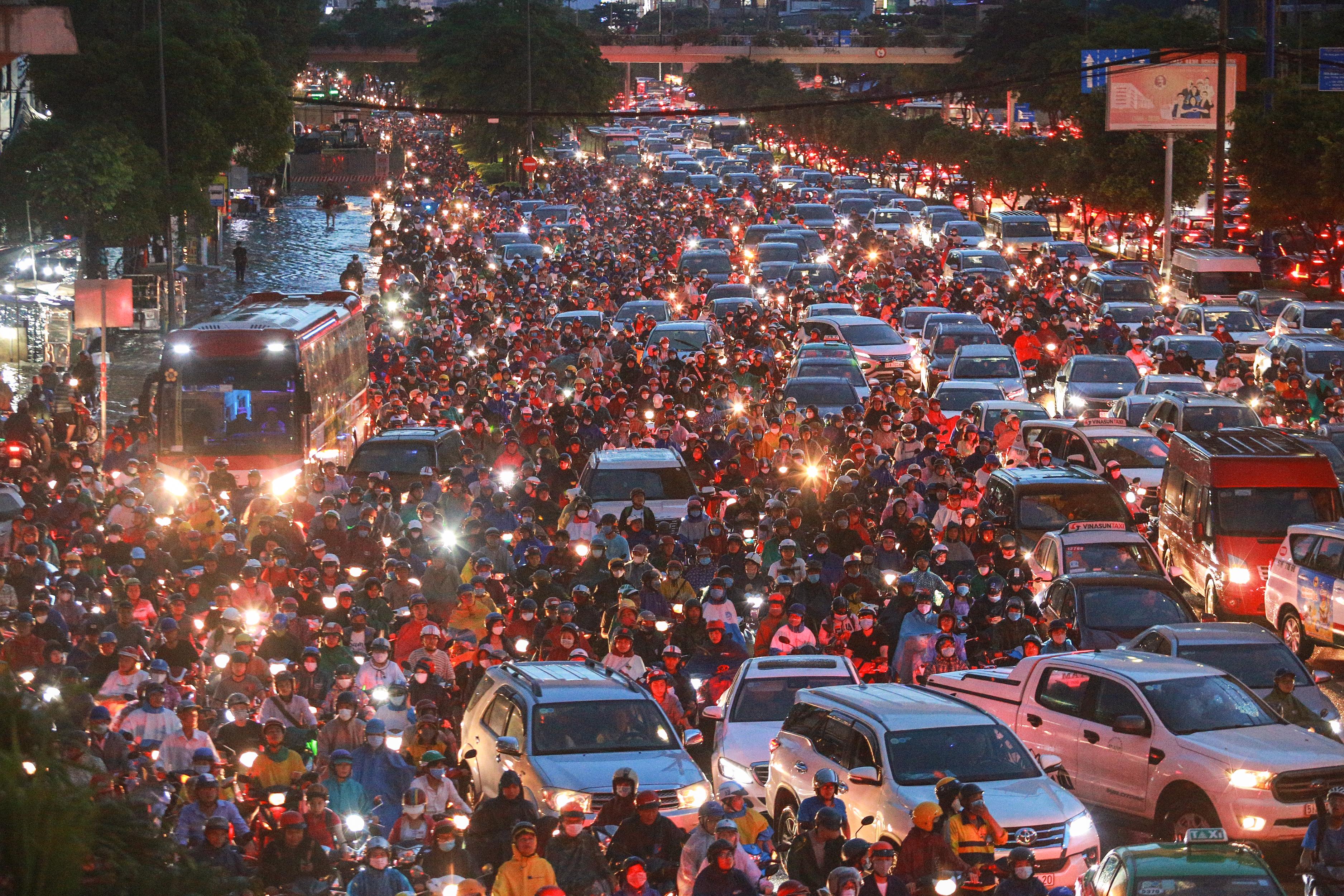 Người Sài Gòn chôn chân trong mưa lớn, ô tô, xe máy không nhúc nhích, giao thông hỗn loạn - Ảnh 12.