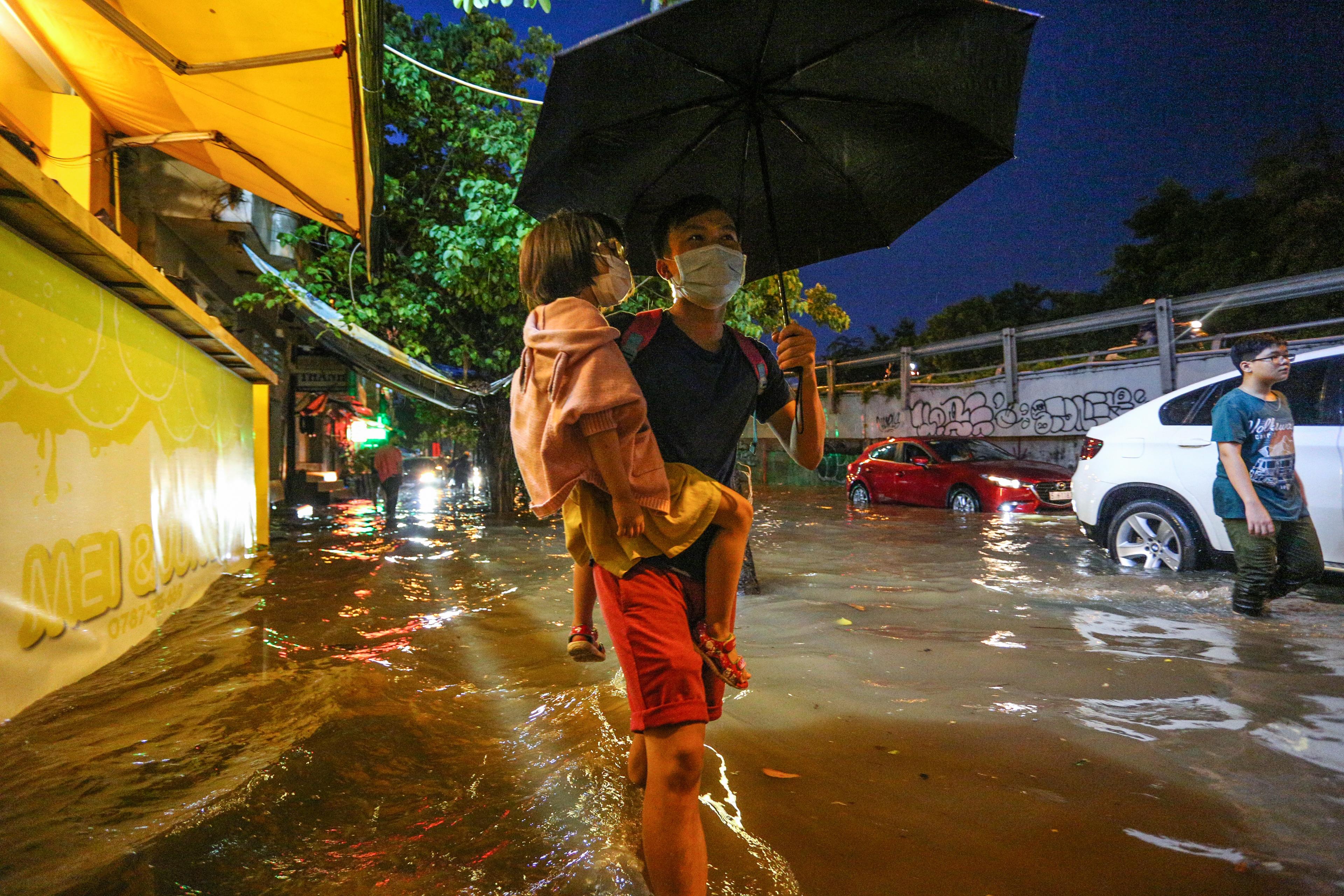 Người Sài Gòn chôn chân trong mưa lớn, ô tô, xe máy không nhúc nhích, giao thông hỗn loạn - Ảnh 11.