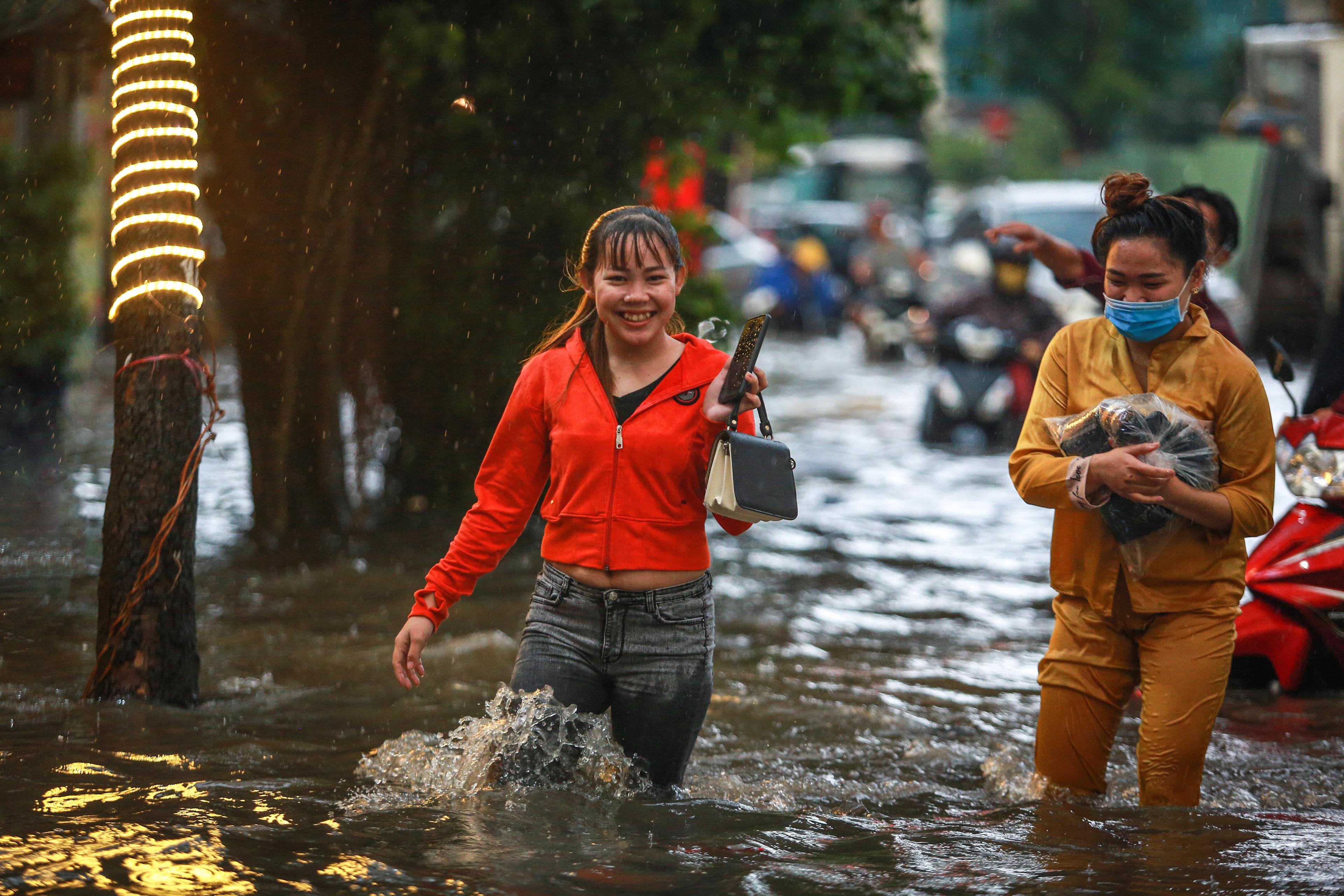 Người Sài Gòn chôn chân trong mưa lớn, ô tô, xe máy không nhúc nhích, giao thông hỗn loạn - Ảnh 4.