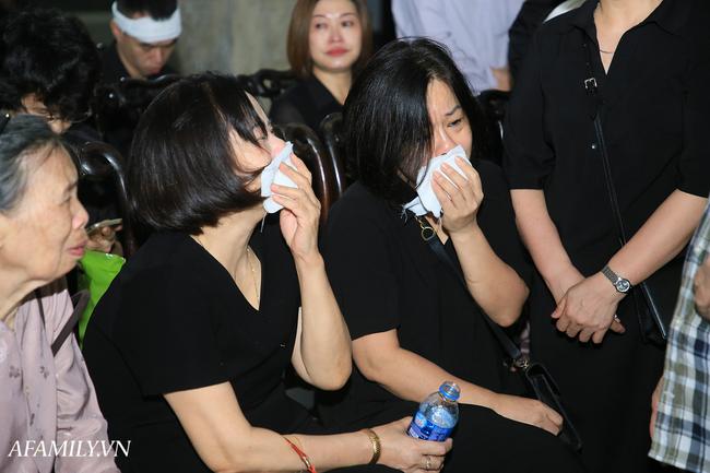 Những hình ảnh đầu tiên trong tang lễ của nữ MC Diệu Linh, người mẹ liên tục khóc vì sự ra đi của cô con gái còn quá trẻ - Ảnh 2.