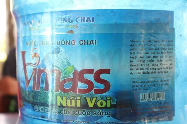 Lấy trực tiếp nước từ mương nước thải sinh hoạt để sản xuất nước uống đóng bình - Ảnh 1.