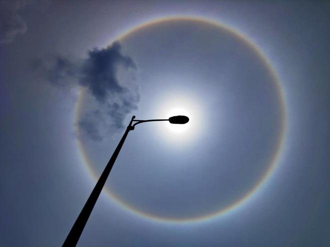 Người dân Sài Gòn, Vũng Tàu và nhiều tỉnh thành thích thú chụp lại hiện tượng quầng sáng bao quanh mặt trời - Ảnh 2.