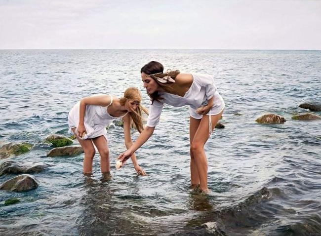 Hình ảnh 2 cô gái chơi đùa trên biển trông rất đỗi bình thường nhưng ẩn sau đó là một bí mật gây choáng váng cho bất kỳ ai - Ảnh 2.