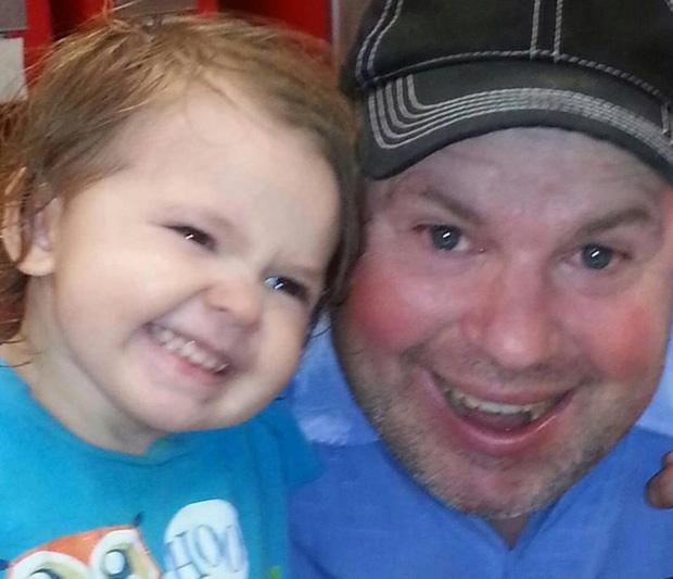 Bé gái bị bố ruột bắt cóc, cảnh sát tưởng tuyệt vọng nhưng một người đàn ông xa lạ đã cứu được đứa trẻ chỉ bằng lời mời ăn pizza - Ảnh 3.