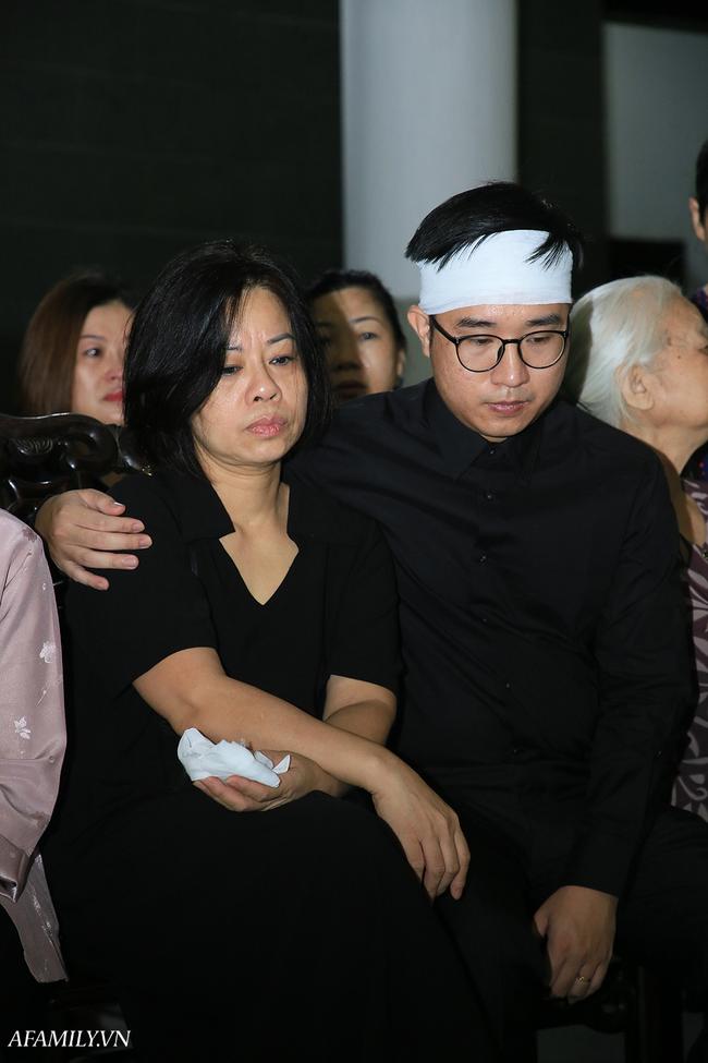 Những hình ảnh đầu tiên trong tang lễ của nữ MC Diệu Linh, người mẹ liên tục khóc vì sự ra đi của cô con gái còn quá trẻ - Ảnh 3.