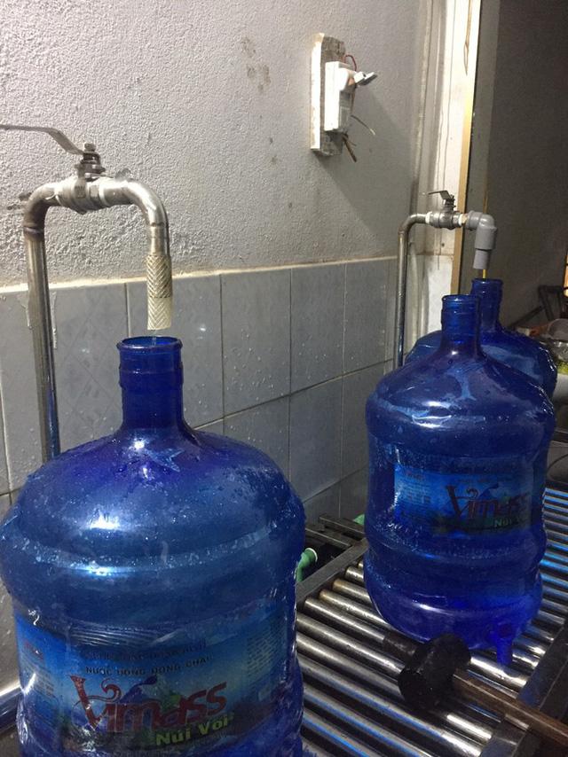 Hải Phòng thu hồi toàn bộ nước đóng chai hóa phép từ mương nước thải - Ảnh 3.