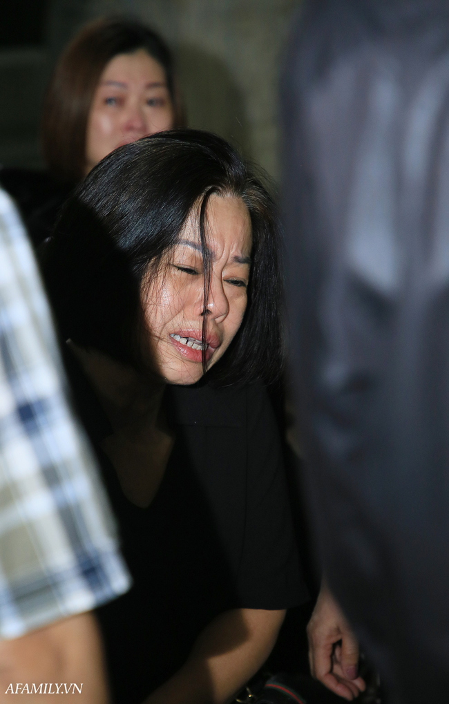 Những hình ảnh đầu tiên trong tang lễ của nữ MC Diệu Linh, người mẹ liên tục khóc vì sự ra đi của cô con gái còn quá trẻ - Ảnh 5.