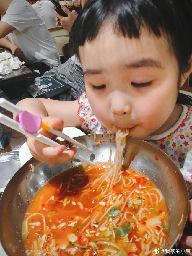 Thánh ăn nhí nổi tiếng từ 19 tháng tuổi bởi sức ăn cực khủng cùng biểu cảm nhí nhố, sau 4 năm sự đáng yêu còn tăng lên cấp số nhân - Ảnh 12.