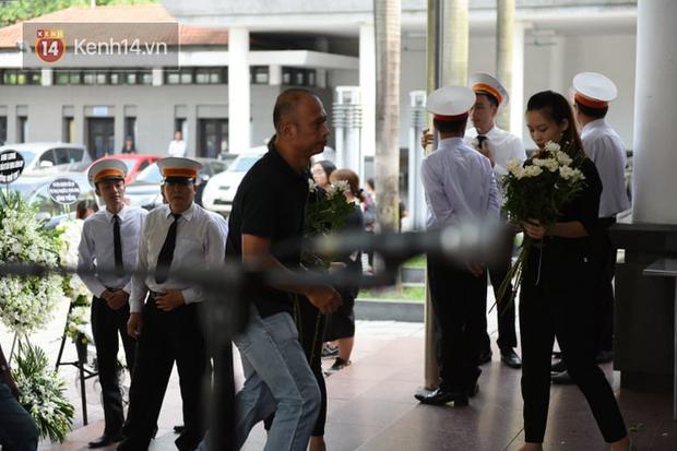 Đám tang BTV/MC Diệu Linh: MC Long Vũ và MC Quang Minh đến sớm để nói lời tạm biệt với người em đồng nghiệp - Ảnh 6.
