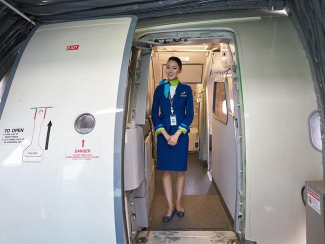 Tiếp viên hàng không ở Hàn Quốc: Công việc đẳng cấp trong mơ nhưng chịu áp lực nhan sắc, có cả gói phẫu thuật thẩm mỹ riêng - Ảnh 6.