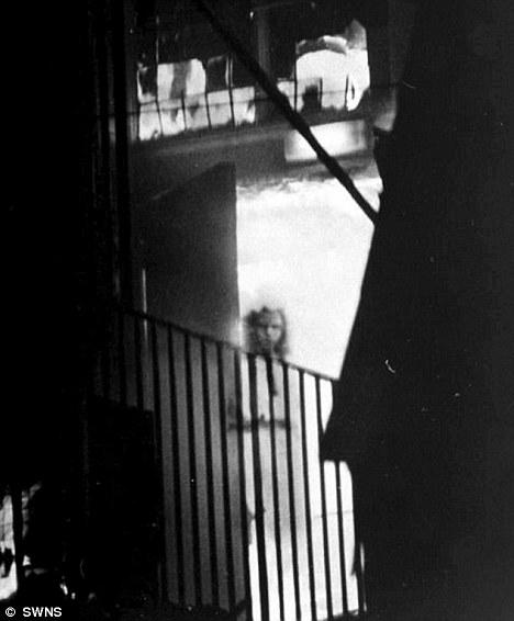 Cô gái lấp ló ngay cửa tòa nhà đang bốc cháy khiến nhiều người mất ngủ và lời giải đáp 15 năm sau khiến chủ nhân bức ảnh đột quỵ - Ảnh 1.