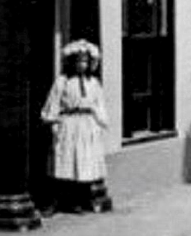 Cô gái lấp ló ngay cửa tòa nhà đang bốc cháy khiến nhiều người mất ngủ và lời giải đáp 15 năm sau khiến chủ nhân bức ảnh đột quỵ - Ảnh 3.