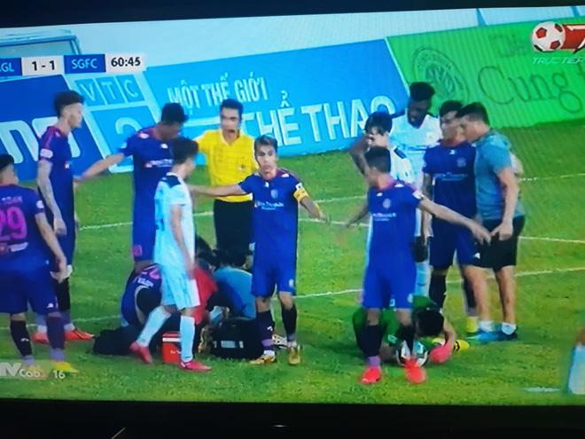 Cầu thủ Sài Gòn FC va chạm cực mạnh, bị choáng rồi nằm im khiến tất cả hốt hoảng - Ảnh 2.