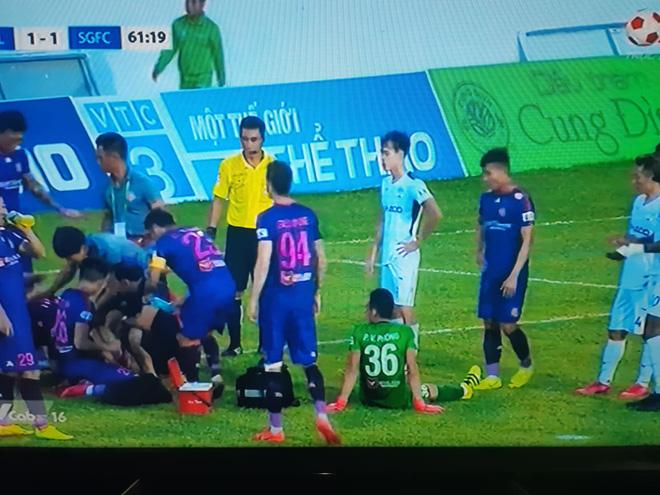 Cầu thủ Sài Gòn FC va chạm cực mạnh, bị choáng rồi nằm im khiến tất cả hốt hoảng - Ảnh 3.