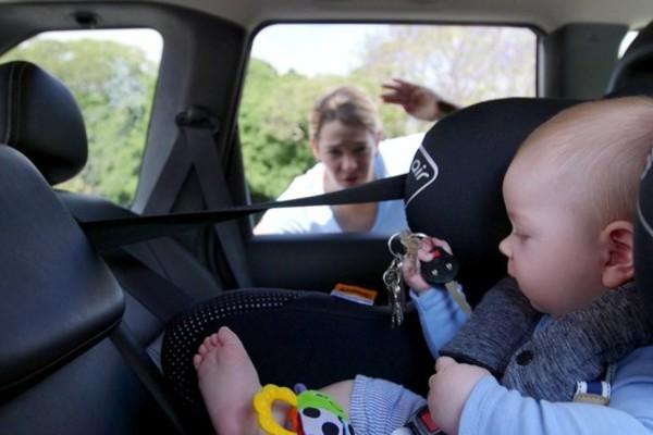 Giải cứu bé gái 1 tuổi bị cha mẹ bỏ lại một mình trong ô tô giữa trưa - Ảnh 1.