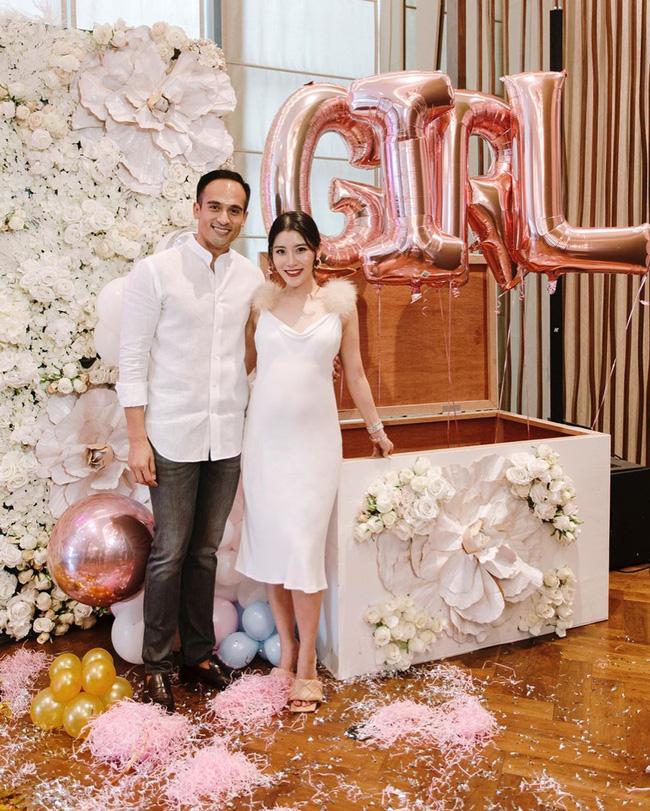 Tiệc mừng chuẩn bị chào đón con gái đầu lòng của cặp đôi diễn ra xa hoa.