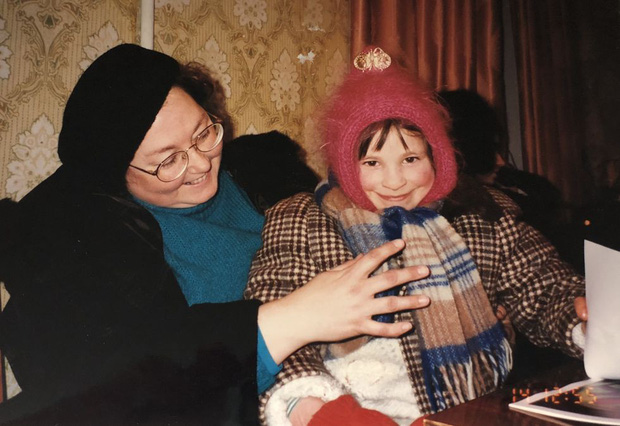 Bị bố mẹ bỏ rơi vì sinh ra tật nguyền, bé gái trải qua tuổi thơ khổ cực, phải cưa đôi chân và làm điều phi thường hàng chục năm sau - Ảnh 5.
