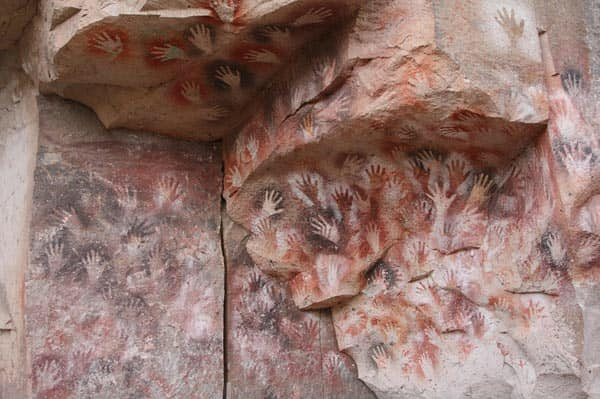 Rùng rợn hang động bàn tay hàng ngàn năm tuổi ở Argentina - Ảnh 1.