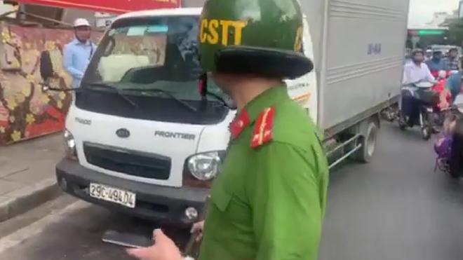 Lái xe tải dùng tuýp sắt đánh chảy máu đầu người đi đường - Ảnh 1.