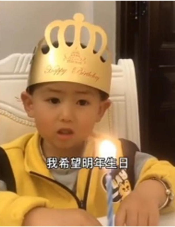 Hí hửng chờ đến sinh nhật nhưng khi nhìn thấy chiếc bánh bố mua tặng, con trai khóc thét - Ảnh 1.