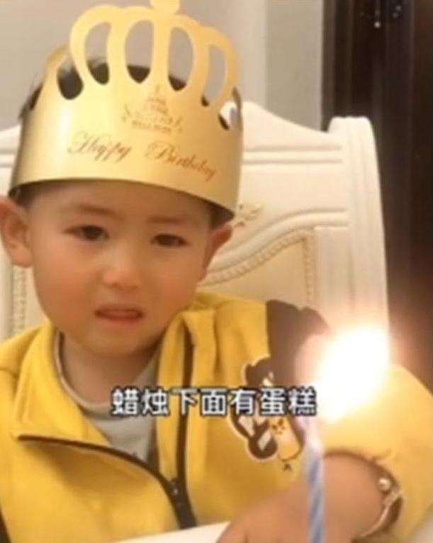 Hí hửng chờ đến sinh nhật nhưng khi nhìn thấy chiếc bánh bố mua tặng, con trai khóc thét - Ảnh 2.