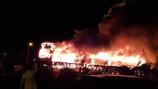 Hà Nội: Xe khách bốc cháy dữ dội trên đường vành đai 3  - Ảnh 1.
