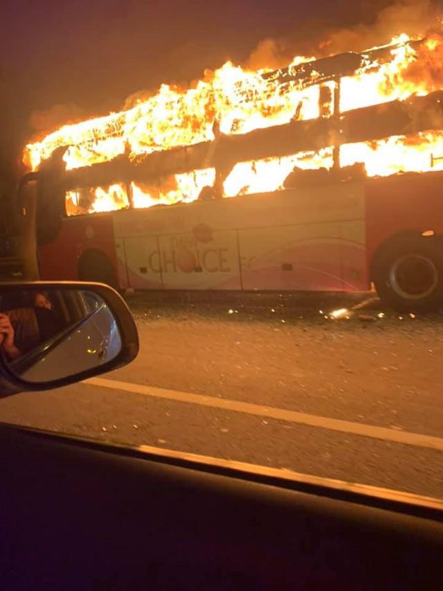 Hà Nội: Xe khách bốc cháy dữ dội trên đường vành đai 3  - Ảnh 4.