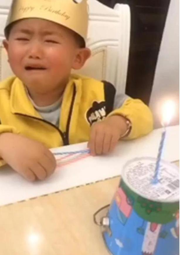 Hí hửng chờ đến sinh nhật nhưng khi nhìn thấy chiếc bánh bố mua tặng, con trai khóc thét - Ảnh 3.