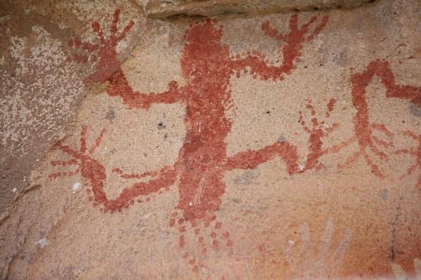Rùng rợn hang động bàn tay hàng ngàn năm tuổi ở Argentina - Ảnh 2.