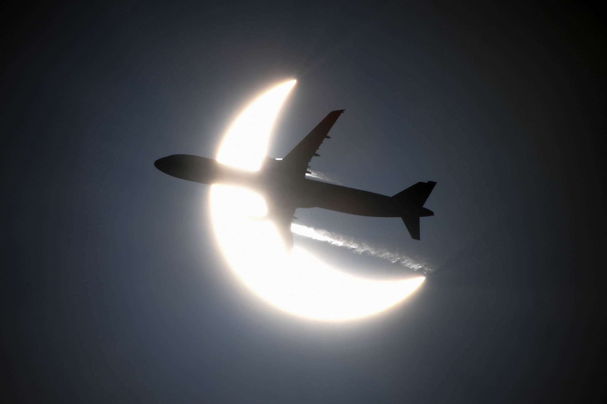 Khoảnh khắc máy bay Việt Nam xuyên qua Nhật thực hiếm gặp, nhìn từ góc máy độc đáo - Ảnh 6.