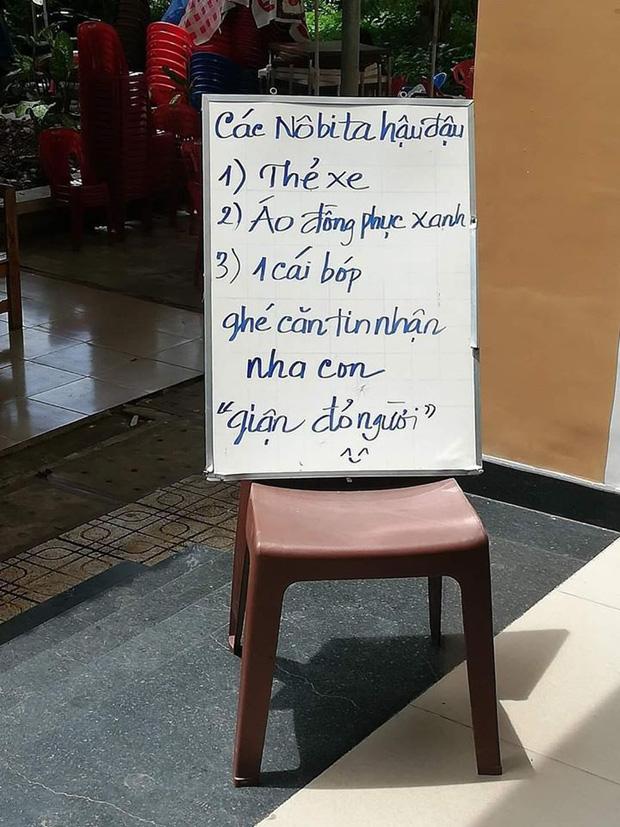 Sinh viên hay bỏ quên đồ trong canteen, cô phục vụ viết tấm bảng dằn mặt, đọc là yêu - Ảnh 1.