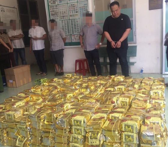 Hai người nước ngoài vận chuyển hơn 1 tấn ma tuý trên đường phố Sài Gòn - Ảnh 1.