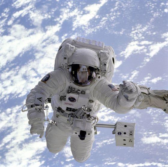 Đây là điều sẽ xảy ra với cơ thể con người nếu bị ném ra ngoài vũ trụ mà không có bộ đồ bảo hộ - Ảnh 3.