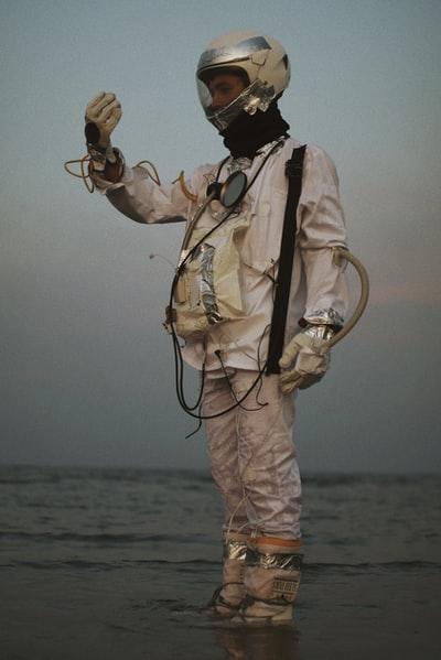 Đây là điều sẽ xảy ra với cơ thể con người nếu bị ném ra ngoài vũ trụ mà không có bộ đồ bảo hộ - Ảnh 1.