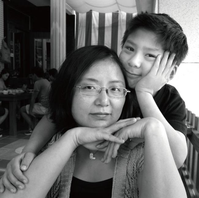 Bộ ảnh lồng ghép ấn tượng của bà mẹ đơn thân Đài Loan: Dành 17 năm ghi lại hành trình trưởng thành cùng con trai động lòng người - Ảnh 2.