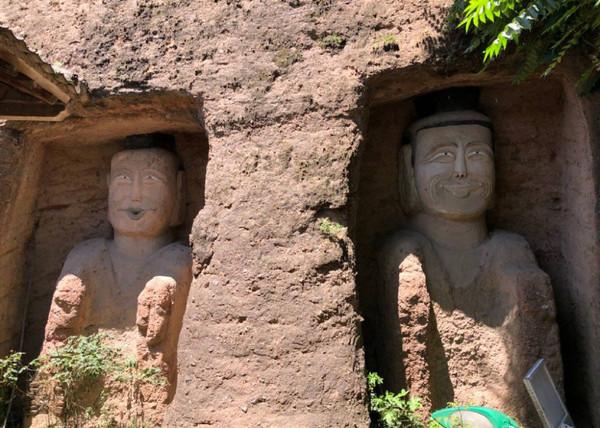 Xôn xao hình ảnh hai bức tượng Phật trong hang đá bất ngờ mỉm cười, nguyên nhân đằng sau khiến ai cũng ngỡ ngàng - Ảnh 2.